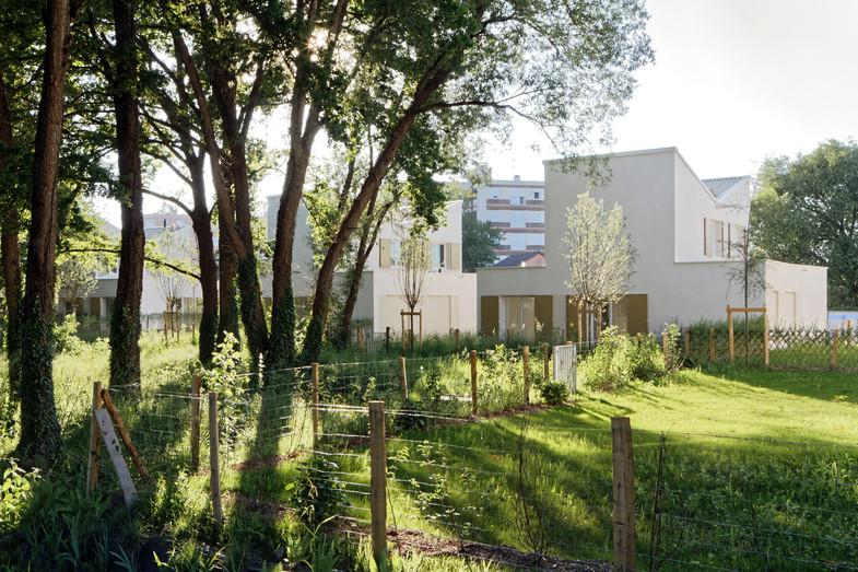 Eco-cité La Garenne / 34 maisons groupées et espaces publics
