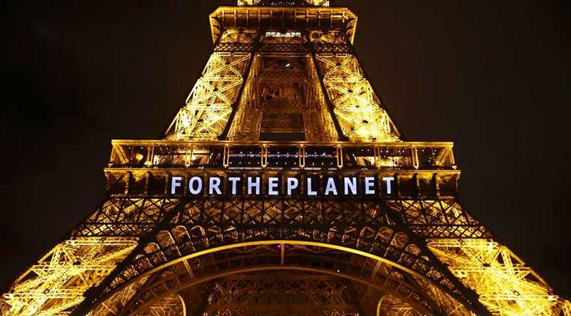 La tour Eiffel pendant la COP21. AP Photo / François Mori
