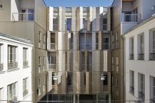 Reconstruction et restructuration de logements sociaux et activités dans le Marais à Paris, Architectes : Atelier du Pont (© Frédéric Delangle)