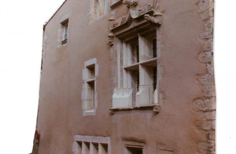 Des baies complémentaires au niveau de la rue, d'autres réouvertes, replacer les meneaux pierre