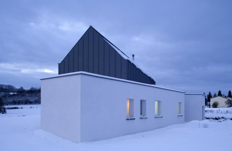 Volumes chambres + garage + salon surplombés d'une OB bardée de zinc
