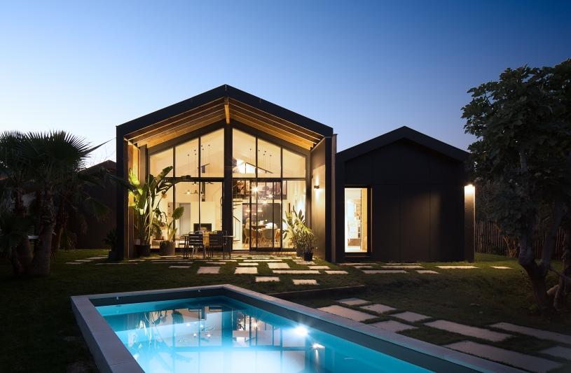 De nuit, le séjour et la piscine se répondent. Benoît Bost photographe. Projet Monopoly / whyarchitecture